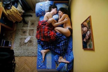 """""""Waiting"""", serie fotográfica de embarazadas durmiendo junto a su pareja"""