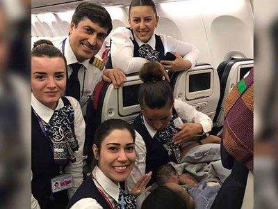 Se puso de parto donde menos lo esperaba: dió a luz a su bebé en pleno vuelo a 12.000 metros de altura