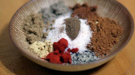 Suma calcio a tus platos con ayuda de hierbas, especias y condimentos