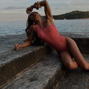 Los bañadores y bikinis de escote asimétrico son súper favorecedores (y además plena tendencia): cinco propuestas que lo demuestran