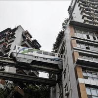 Este tren pasa en medio de un edificio de apartamentos, aunque no lo creas