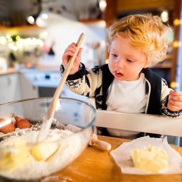 Cómo adaptar tu cocina a la pedagogía Montessori para que los niños tengan más autonomía y aprendan colaborando en casa