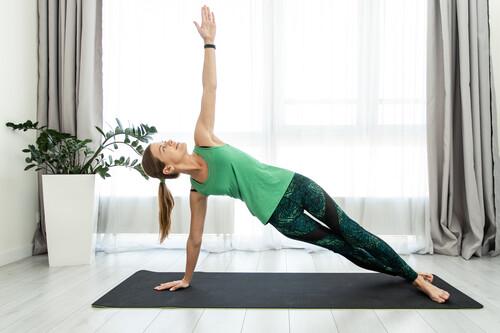 Esta es toda la ropa que necesitas para comenzar a practicar Yoga: 21 alternativas de Nike, Oysho, Under Armour y más