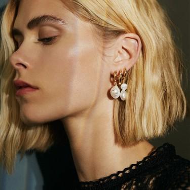 Nueve ideas preciosas para combinar muchos pendientes si tienes las orejas llenas de piercings