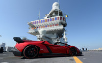 El Lamborghini Veneno Roadster se presentó en un portaaviones