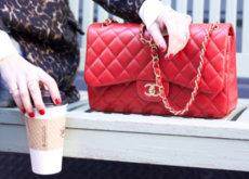¿Un complemento esencial y de fondo de armario? Un bolso rojo