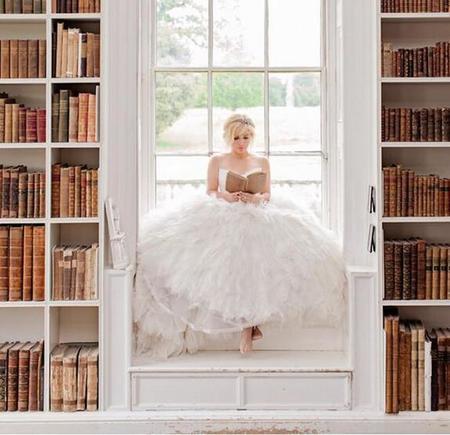 ¡Pero qué mona y cultureta está Kelly Clarkson con su vestido de novia!
