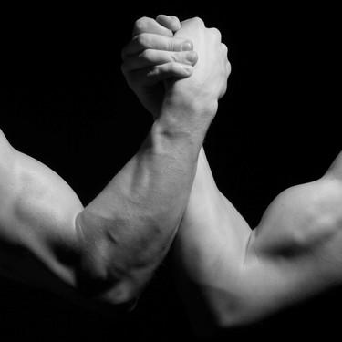 Siete ejercicios con bandas de resistencia para ejercitar tus brazos a tiempo para el verano