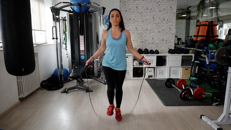 Cardio en tu salón: entrenamiento HIIT saltando a la cuerda, en vídeo