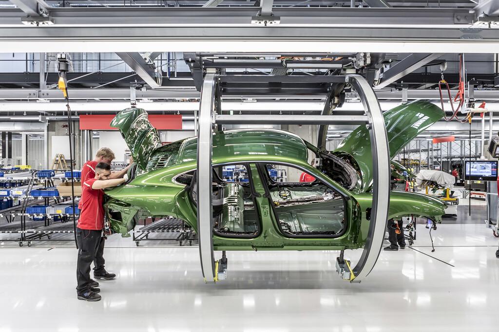 El coche eléctrico obligará a uno de cada cuatro empleados de Porsche a reconvertirse si quiere seguir en la compañía