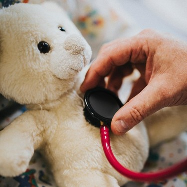 17 pediatras y expertos en salud infantil que seguir en redes sociales para estar bien informados
