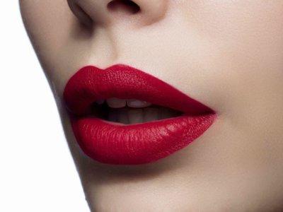 Reinventa los labios rojos con un efecto mate espectacular