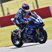 Jules Cluzel resiste los ataques de Federico Caricasulo y se lleva la victoria en Supersport