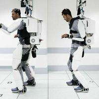 Un exoesqueleto robótico controlado con la mente permite moverse a un joven francés tras cuatro años sin