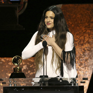 Rosalía de blanco y negros (con aires flamencos) recoge su primer premio en los Grammys 2020