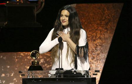 Rosalía de blanco y negro con un diseño de Mugler (de aires flamencos) recoge su primer premio en los Grammys 2020