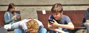 Comprar un móvil a un niño: a qué edad regalar un smartphone y modelos recomendados