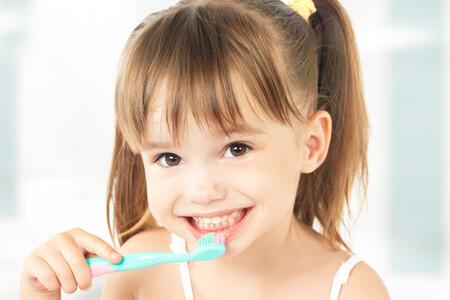 Mejoran los hábitos de higiene bucodental entre los niños españoles: el 70% se cepilla los dientes al menos dos veces al día