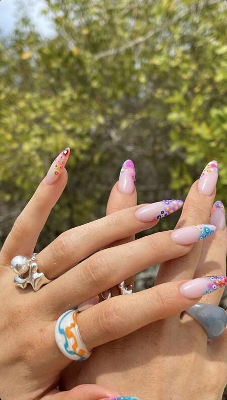 Kylie Jenner Manicura Francesa Multicolor Topos