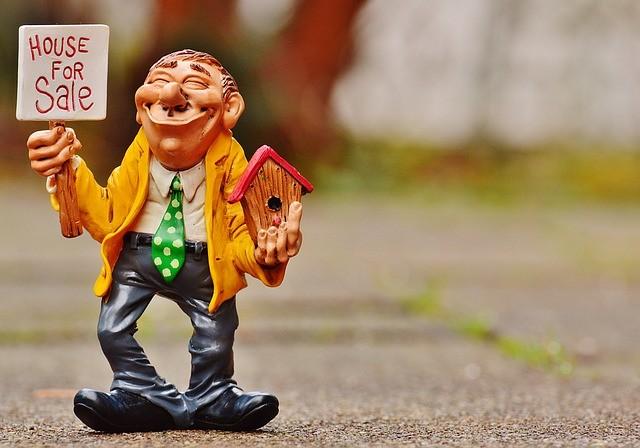 Casa en venta en un cartel con una figura cómica de un hombre.