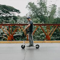 Una asociación de usuarios de patinetes eléctricos se manifiesta a favor de que circulen por la calzada y no por la acera