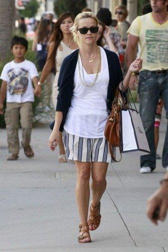 ¡Pobre Reese Witherspoon! Una abuela temeraria le da un palitroque mientras cruza