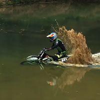 Así las gastan unos rusos probando en un vídeo su moto eléctrica bajo el agua ¡y sigue funcionando!