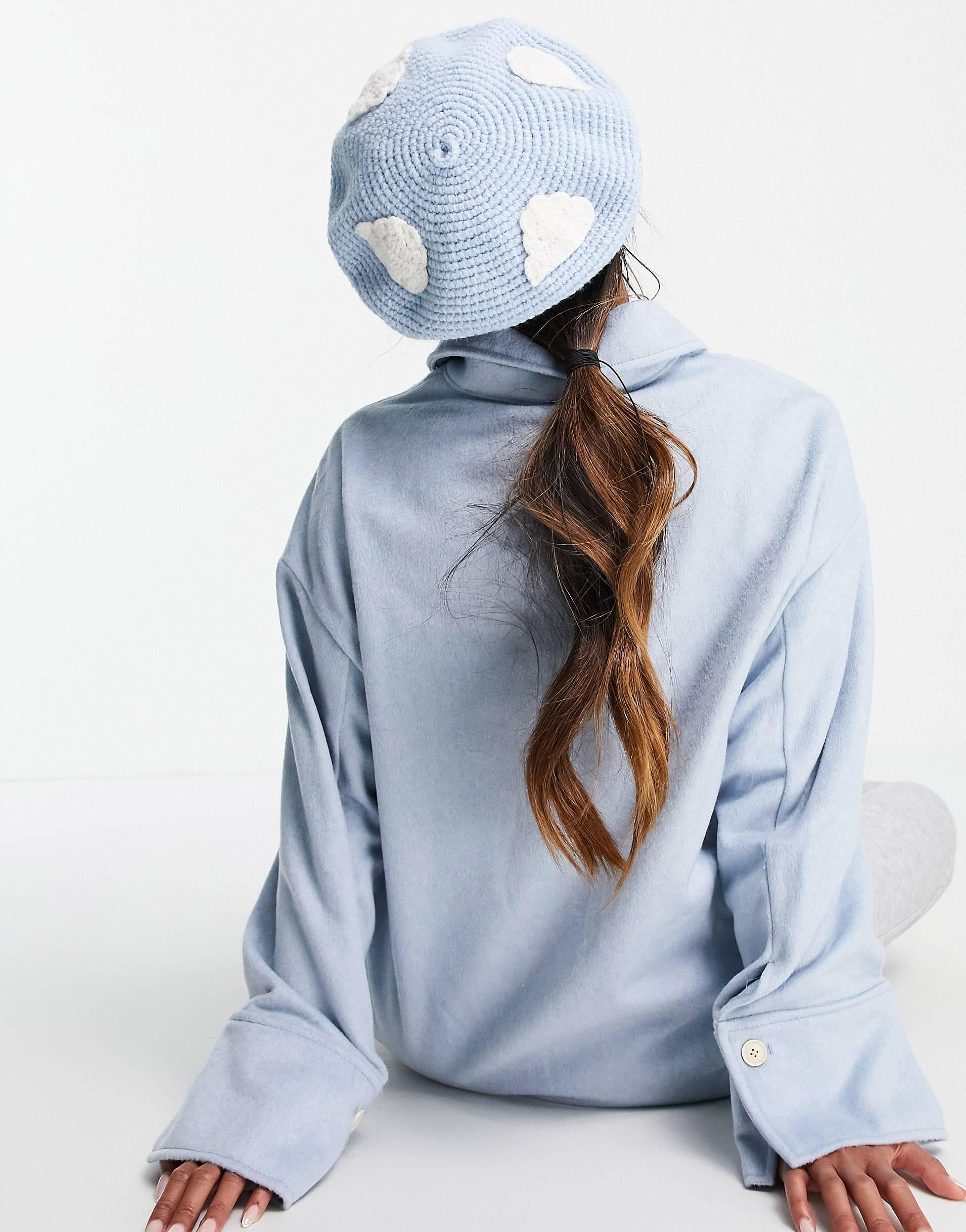 Boina azul con nubes bordadas de croché.