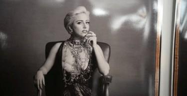 Nuevas fotos de Lady Gaga escotada de infarto y posando para 'Polaroid'