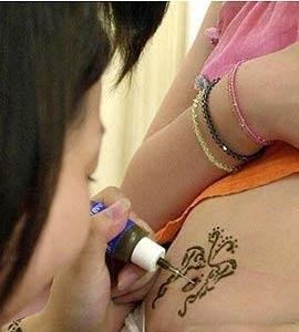 Ojo con los tatuajes de henna negra