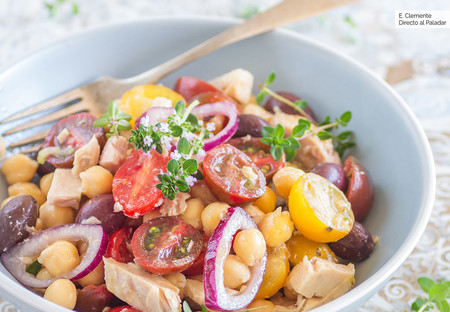 Ensalada primaveral de garbanzos con tomates y ventresca de atún: receta fácil y refrescante