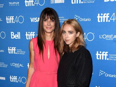 Sandra Bullock se da al rosa más chicle en su primera aparición en el Festival de Toronto