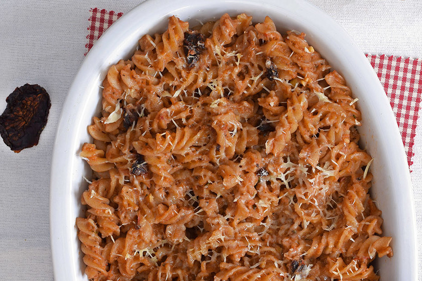 Pasta gratinada con salsa de verduras, nueces y tomate seco: receta de aprovechamiento