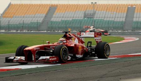 Fernando Alonso navega en el desierto