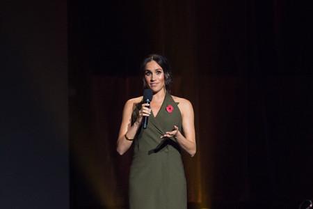 Meghan Markle también se equivoca, este vestido verde con cuello de blazer no está a la altura de sus looks