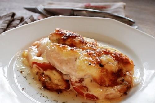 Milanesa de pollo Caprese. Receta de carne blanca en video