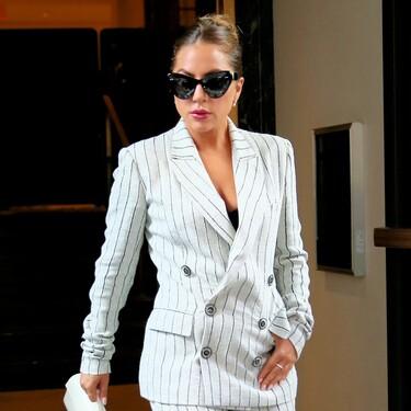 Lady Gaga luce un traje vintage de 1997 perfecto para ir a la oficina en verano