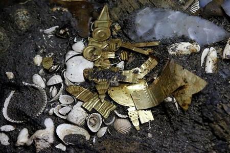 Encuentran en el corazón de la Ciudad de México 22 piezas de oro y un pequeño lobo en ofrenda azteca