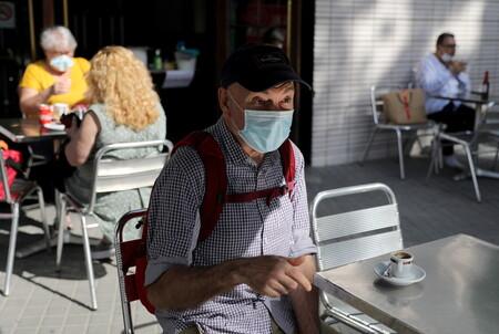 Madrid reduce el aforo los bares al 50%, que no podrán dar servicio en barra y cerrarán a las 22 (pero solo en los barrios y municipios con más contagios)