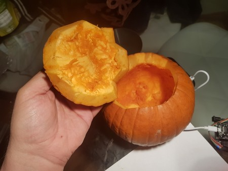 Recortando la calabaza.