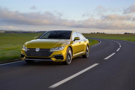 Todavía no es la versión que esperamos, pero Volkswagen comienza a mostrar el lado atrevido del Arteon con el nuevo R-Line