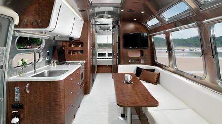 Airstream Globetrotter 30: una caravana de diseño retro e interior personalizable... ¡con 22 ventanas!