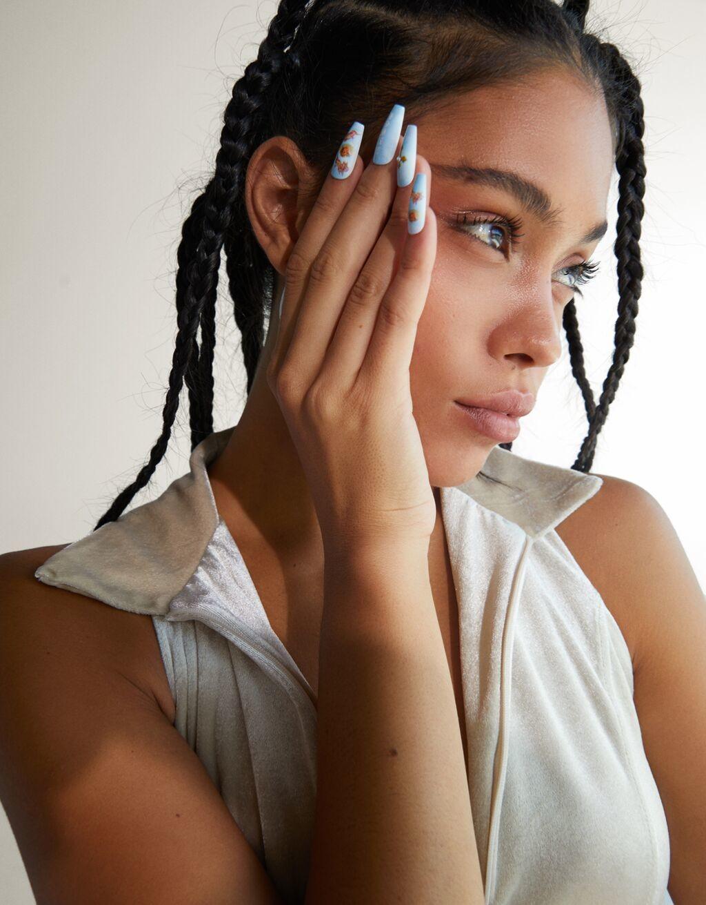 Bershka nos propone la forma mas sencillo de lucir una manicura muy molona sin ningun sacrificio con sus nuevas uñas postizas