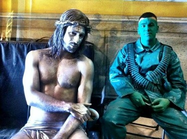 Mario Casas y Hugo Silva: Plastificado y hecho un Cristo