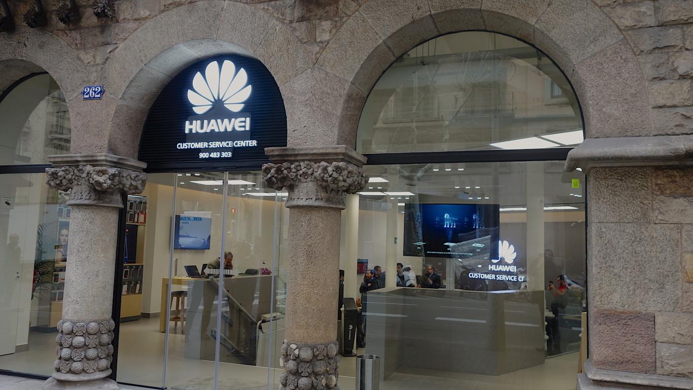 Visitamos la primera tienda de Huawei en Barcelona  servicio técnico ... d2d783800ea