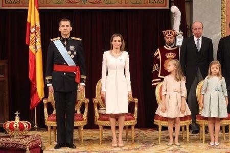 El comportamiento de la princesa y la infanta en la coronación de su padre ha sido ejemplar...pero, ¿es normal?