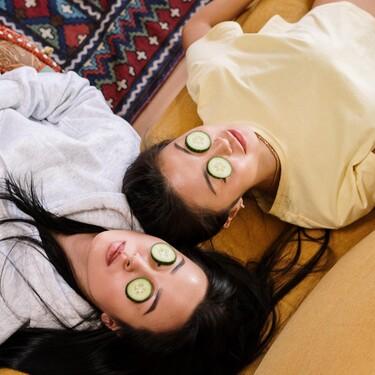 Todo TikTok está probando el truco de belleza viral con un pepino congelado y flipamos con cómo deja la piel