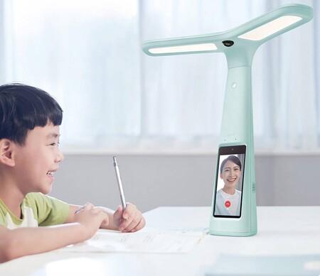 ByteDance (TikTok) se apunta al hardware: su primer gadget es una lámpara con cámara y pantalla para ayudar con los deberes