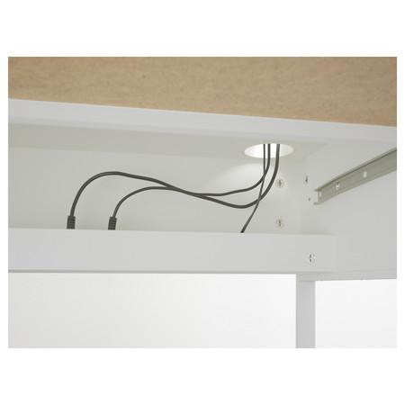 En la mesa Micke de Ikea podemos esconder la regleta de conexiones que tenemos todos tirada debajo de la mesa