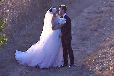 Anne Hathaway se casa con el estilo romántico de la novia de Valentino